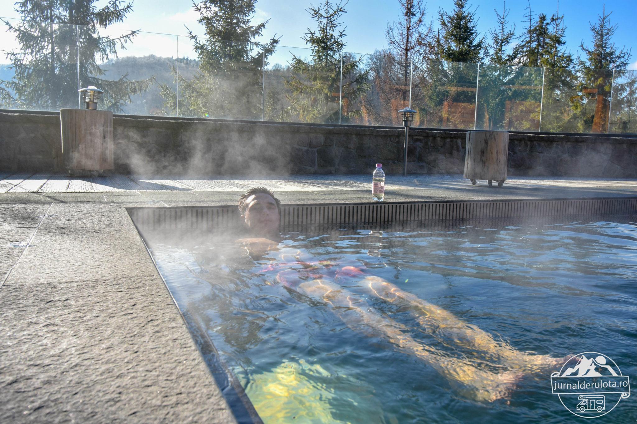 piscina-exterioara-cu-apa-calda-iarna-balvanyos-resort.jpg
