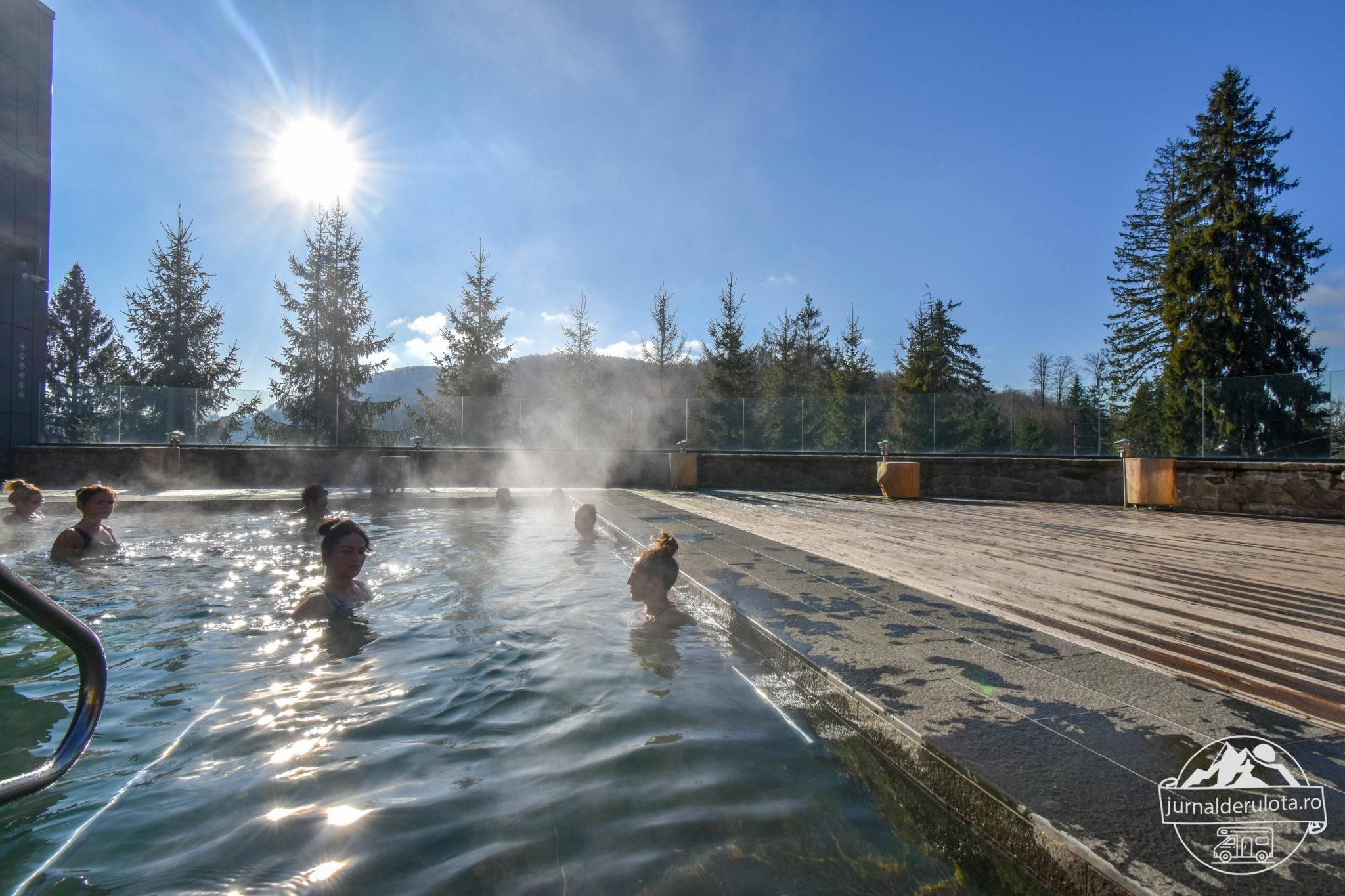 piscina-exterioara-iarna-balvanyos-resort.jpg